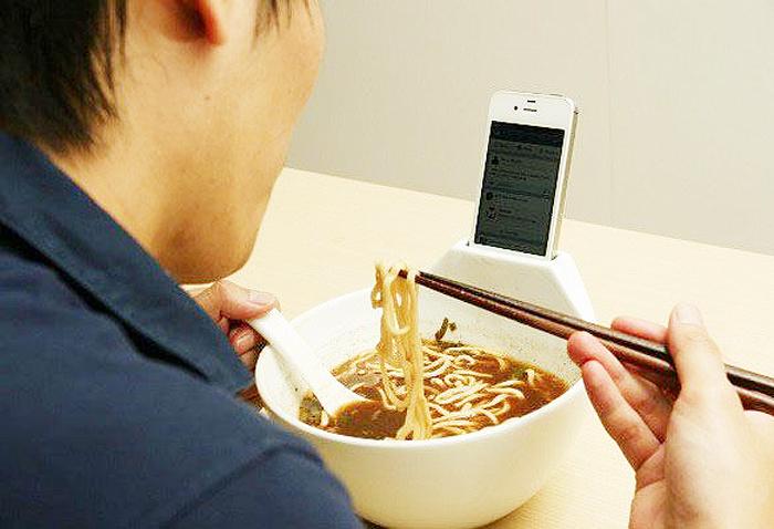 Тарелка с подставкой для смартфона.