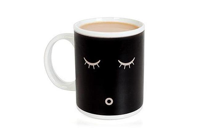 Кружка, просыпающаяся от кофе.