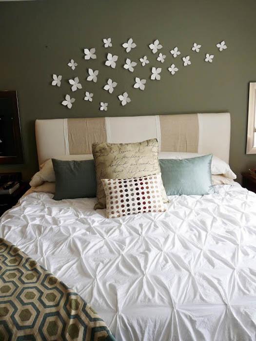 Цветочки над кроватью.