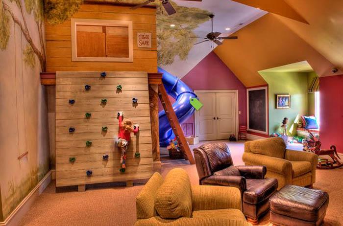Игровая комната с деревянной стеной.