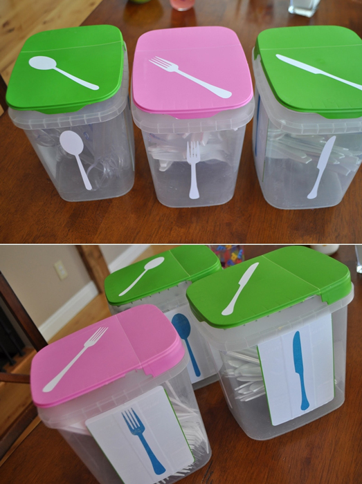 Пластиковые контейнеры для столовых приборов.
