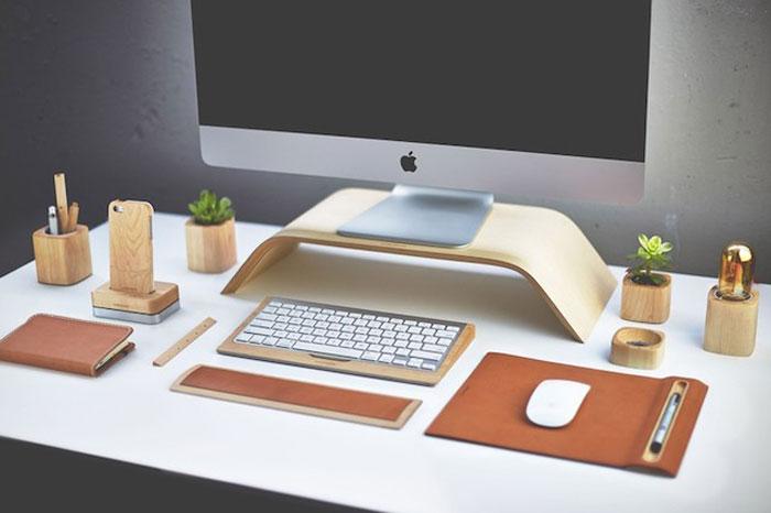 Деревянная подставка по клавиатуру.