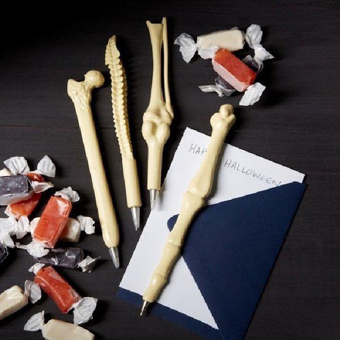 Ручки в виде костей.