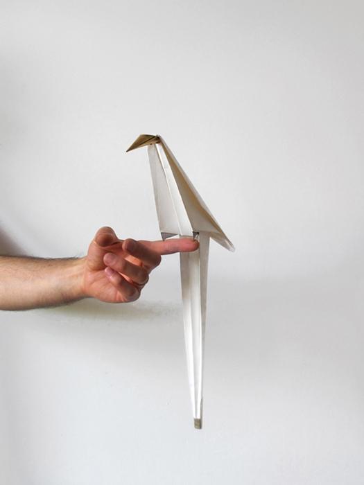 Светильник в виде птицы-оригами.