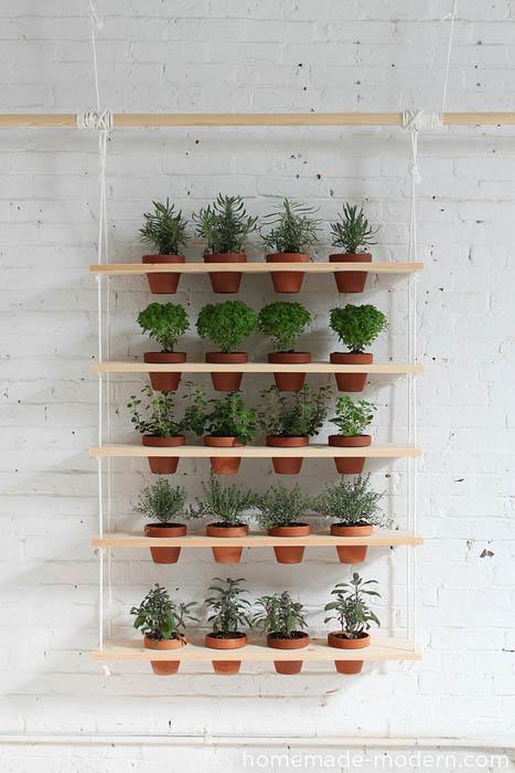 Деревянный стеллаж для растений.