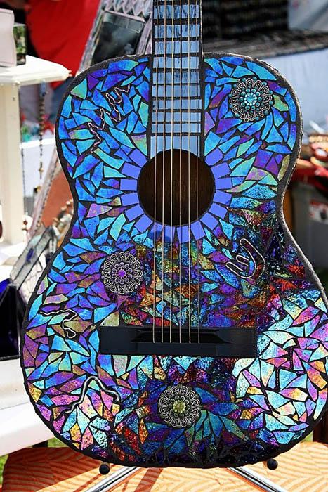 Стильная сверкающая гитара.
