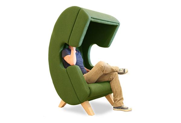 Кресла в виде телефонных трубок.