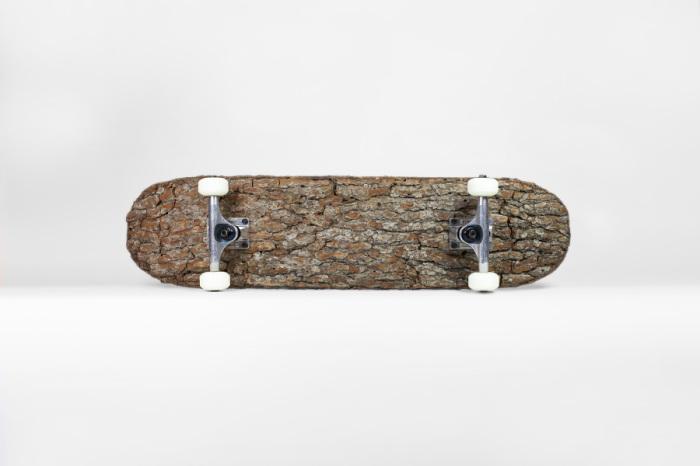 Скейтборд, сделанный из куска древесной коры.