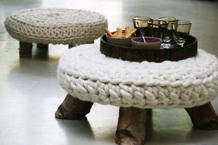 Кофейный столик с вязаным чехлом.