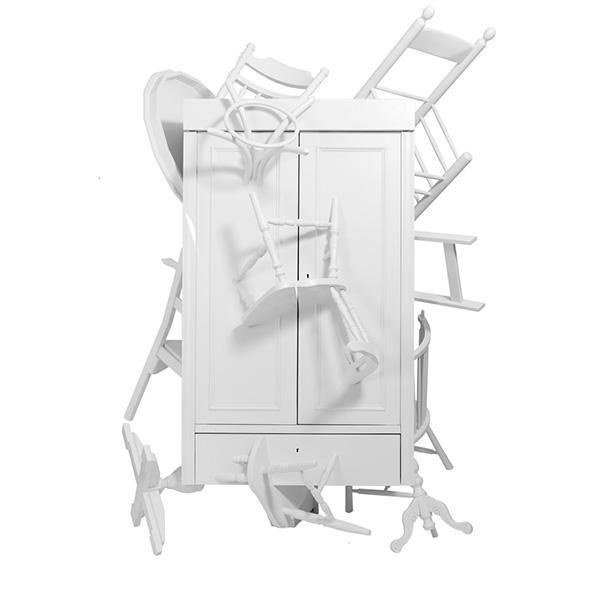 Шкаф, сделанный из выброшенной мебели.