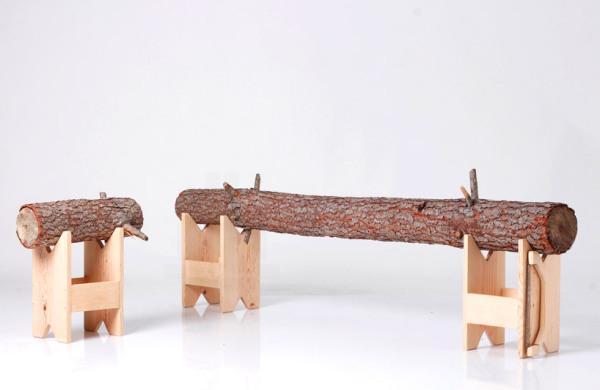 Деревянная скамейка, сделанная из бревна.