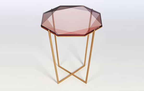 Обзор модных розовых столиков.