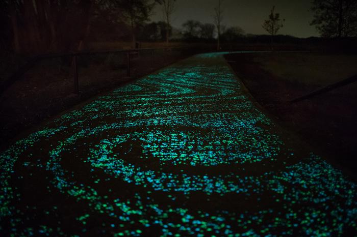 Велодорожка, покрытая краской, аккумулирующей солнечную энергию.