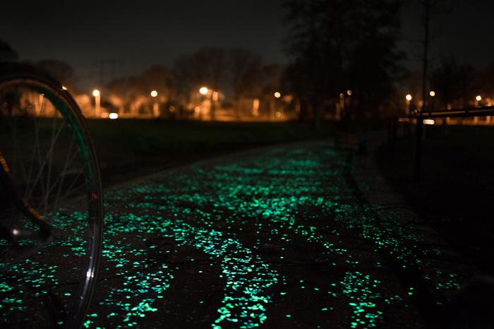 Светящаяся по ночам велосипедная дорожка.