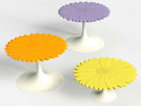 Столики в виде ярких цветов.