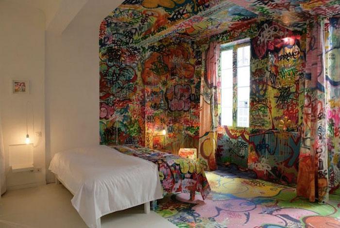 Граффити в спальне.
