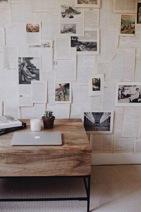 Стена, украшенная книжными страницами.