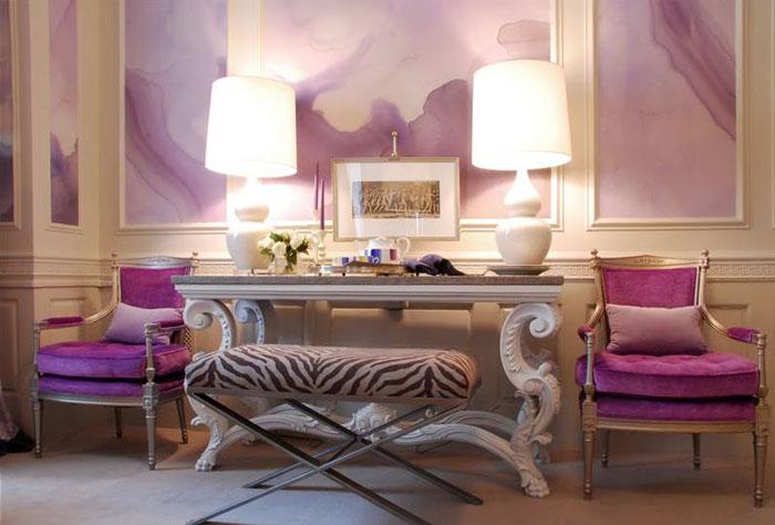 Фиолетовая акварель на стенах.