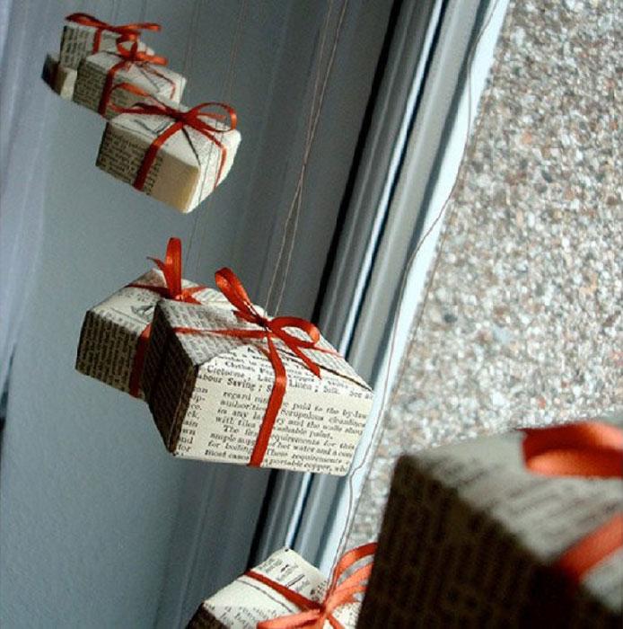 Коробочки с подарками на окна.