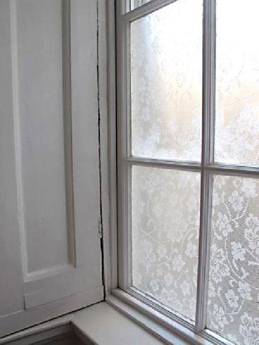 Кружево на окнах.