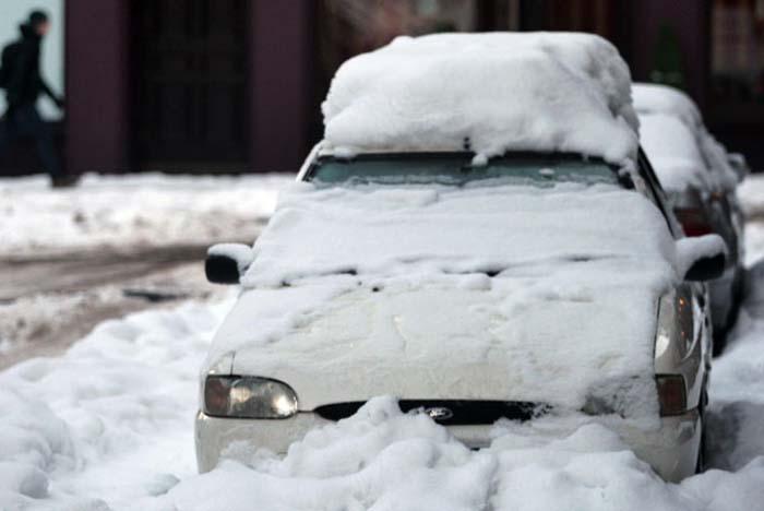 Лобовое стекло оттает быстрее, если авто припарковано капотом на восток.