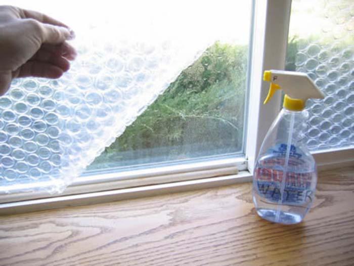 Пузырчатой пленкой можно утеплить окна.