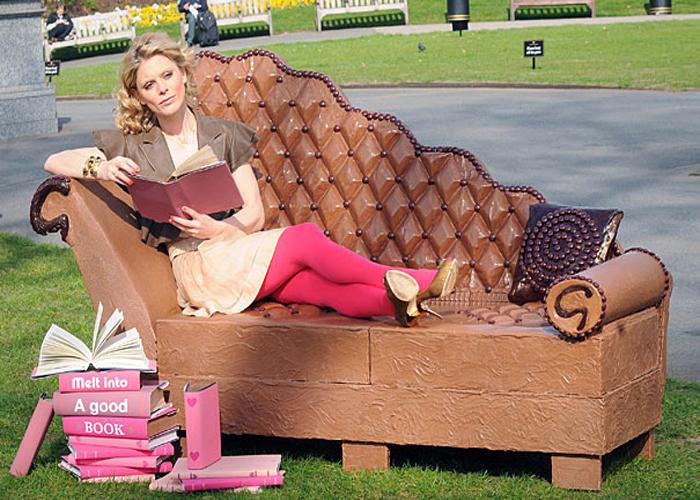 Шоколадный диван в реальный размер.