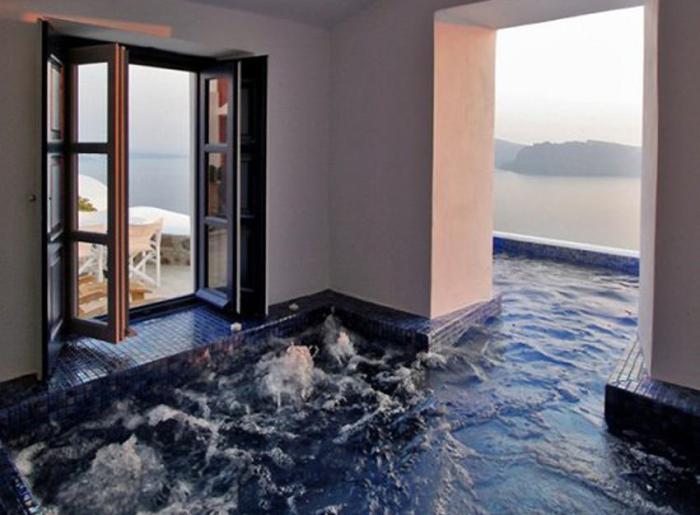 Потрясающий бассейн, плавно переходящий в комнату.