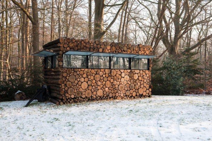 Дом из деревянных брусьев.