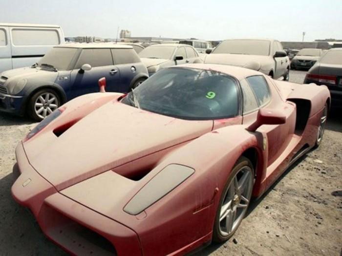 Запылившийся Феррари на стоянке в Дубае.