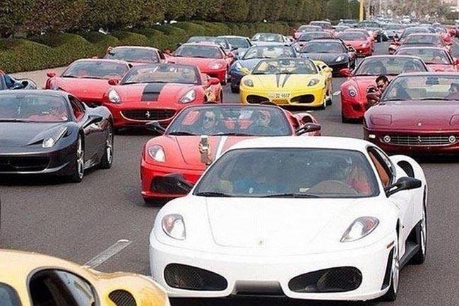 Пробка из спортивных машин в Дубаи.