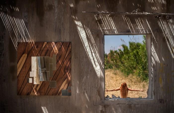 Зеркало с оригинальной деревянной рамой.
