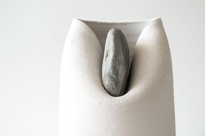 Необычные горшки, искаженные под действием камней.