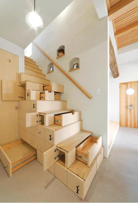Компактные полки под лестницей.