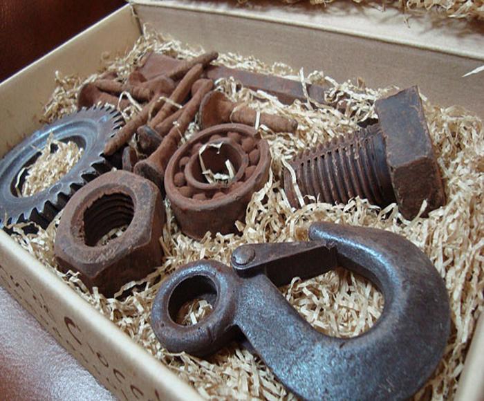 Шоколад в виде рабочих инструментов.