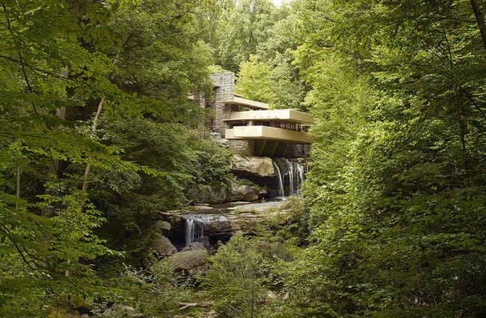 Роскошный дом с водопадом.