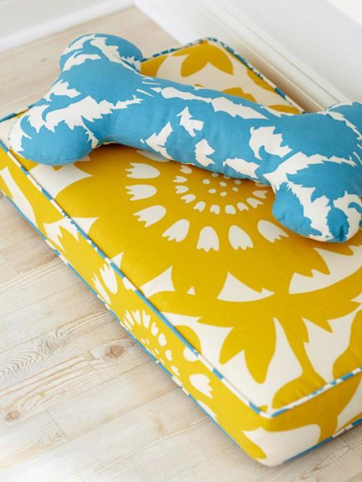 Яркие подушки для собаки.