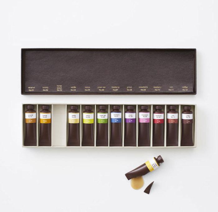 Коробка шоколадных тюбиков с краской - сладкой начинкой.