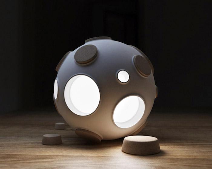Оригинальный светильник в форме луны от русских дизайнеров.