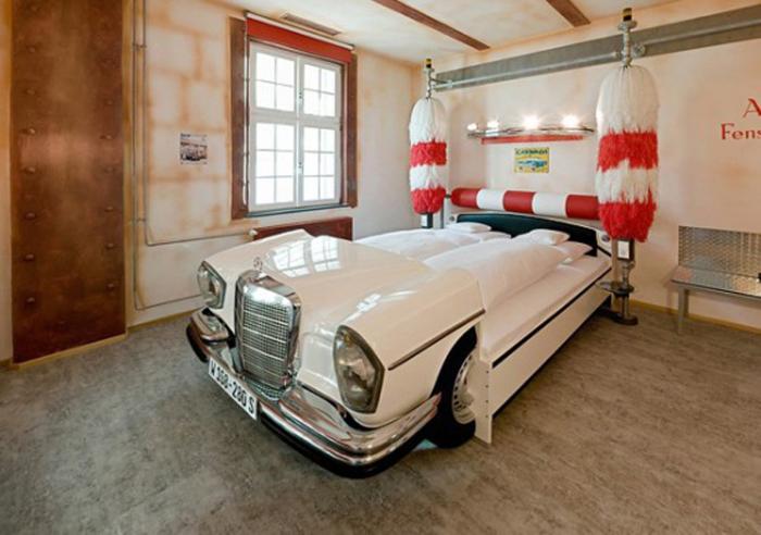Кровать в виде ретро-автомобиля.