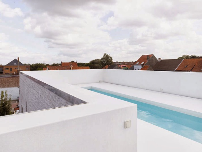 Бассейн под открытым небом в одном из бельгийских городков.