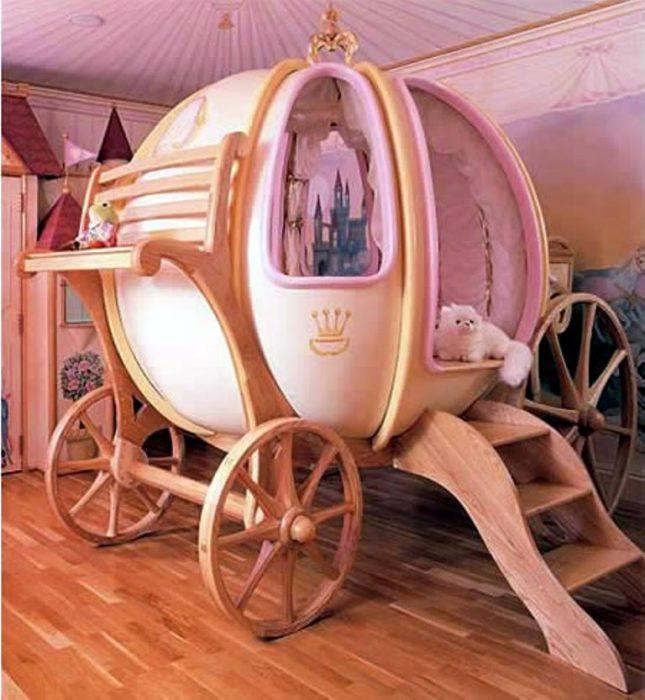 Очаровательная кровать в виде сказочной кареты.