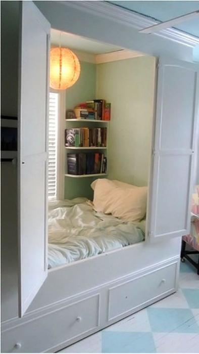 Спальное место, спрятанное в шкафу.