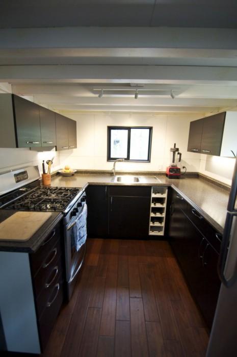 Просторная кухня в доме на колесах семьи Morrisons.