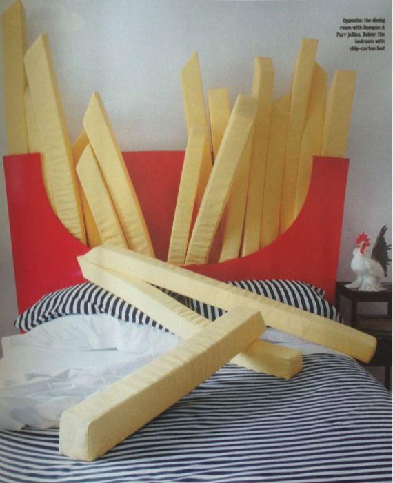 Необычные подушки в виде гигантских ломтиков картофеля фри.