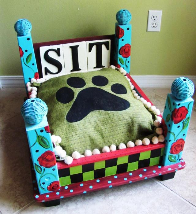 Яркая самодельная кроватка для четвероногого друга.