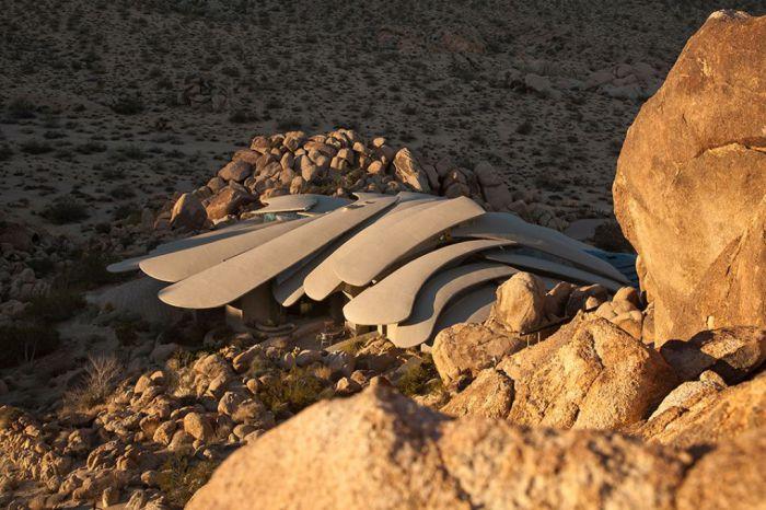 Особняк посреди калифорнийской пустыни.