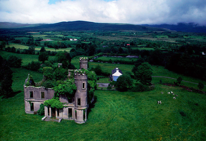 Заброшенный особняк в Ирландии.