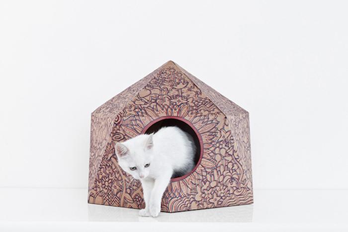 Дизайнерский домик для кошки из картона.