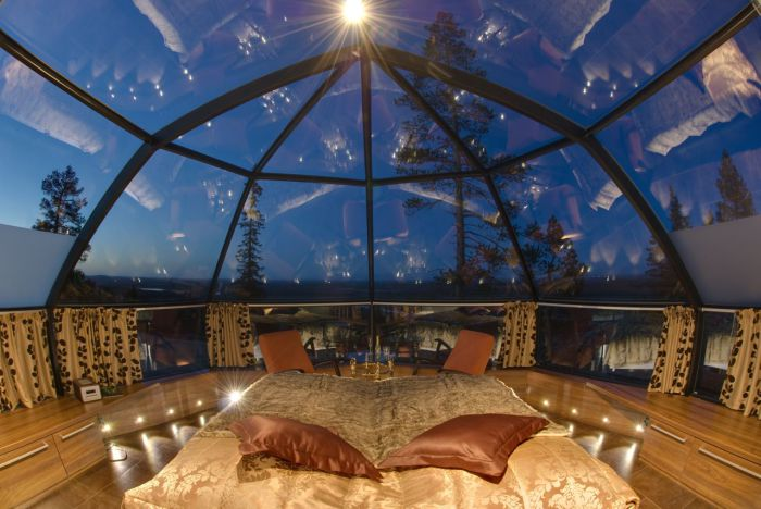 Потрясающая спальня с прозрачным куполом вместо потолка.